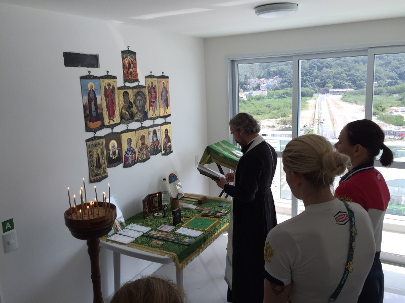 Протоиерей Андрей (Алексеев) служит молебен в Олимпийской деревне во время Олимпиады в Рио 2016 года